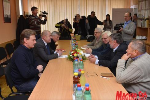 """Az """"örökifjú"""" tárgyalódelegációk (forrás: magyarszo.com)"""
