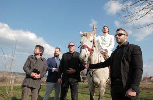 """Az áprilisi szerbiai választásokon a megszokott garnitúrák mellett egy különleges """"politikai"""" erő jelent meg Mladenovacon. A párt neve Sarmu Probo Nisi (SPN). Egy 24 éves művész Ljubiša Preletаčević Beli álnéven egy egészen elképesztő vicckampánnyal (fehér lovon, fehér öltönyben való defellírozással és abszurd ígéretek hangoztatásával) a szavazatok 20%-át szerezte meg, amivel gyakorlatilag a semmiből egyből a önkormányzatba katapultálta magát, a legerősebb ellenzéki erővé válva. """"Munkáját"""" segíti társa és hű fegyverhordozója, a """"šefről"""" állandóan csak szuperlatívuszokban nyilatkozó, a kedvéért akár hazudni is hajlandó, bárminemű hibáért minden felelősséget magára vállaló (a pártvezetők seggnyalóit könnyfakasztóan humorosan parodizáló) Nebojša Prilepak. A két barát olyan görbetükröt tart a szerb politikai szcéna elé, ami sokak érdeklődését felkeltette Szerbia-szerte (fb-oldaluk követőinek száma már 20.000 fölött jár). Vicces fellépésükkel mesterien gúnyolják ki a romlott politikumot. Prilepak egyik interjúban úgy nyilatkozott, hogy a szerb politika már évek óta csak egy paródia. (forrás: facebook.com/belisamojako)"""