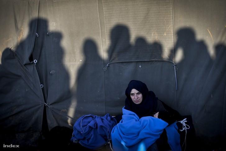 """Ez a """"migráncs"""" szemmel láthatóan támadni akar, sőt, leigázni Európát. (forrás: index.hu)"""