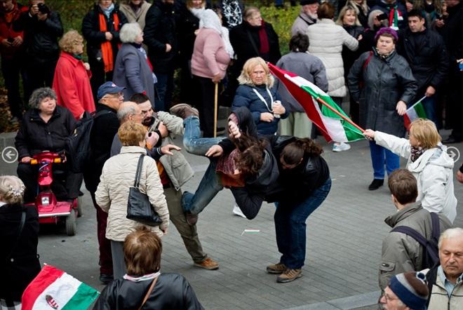 """""""Migránsirtás"""" megszentelt(?) magyar zászlóval. (forrás: Ajpek Orsi / index.hu)"""